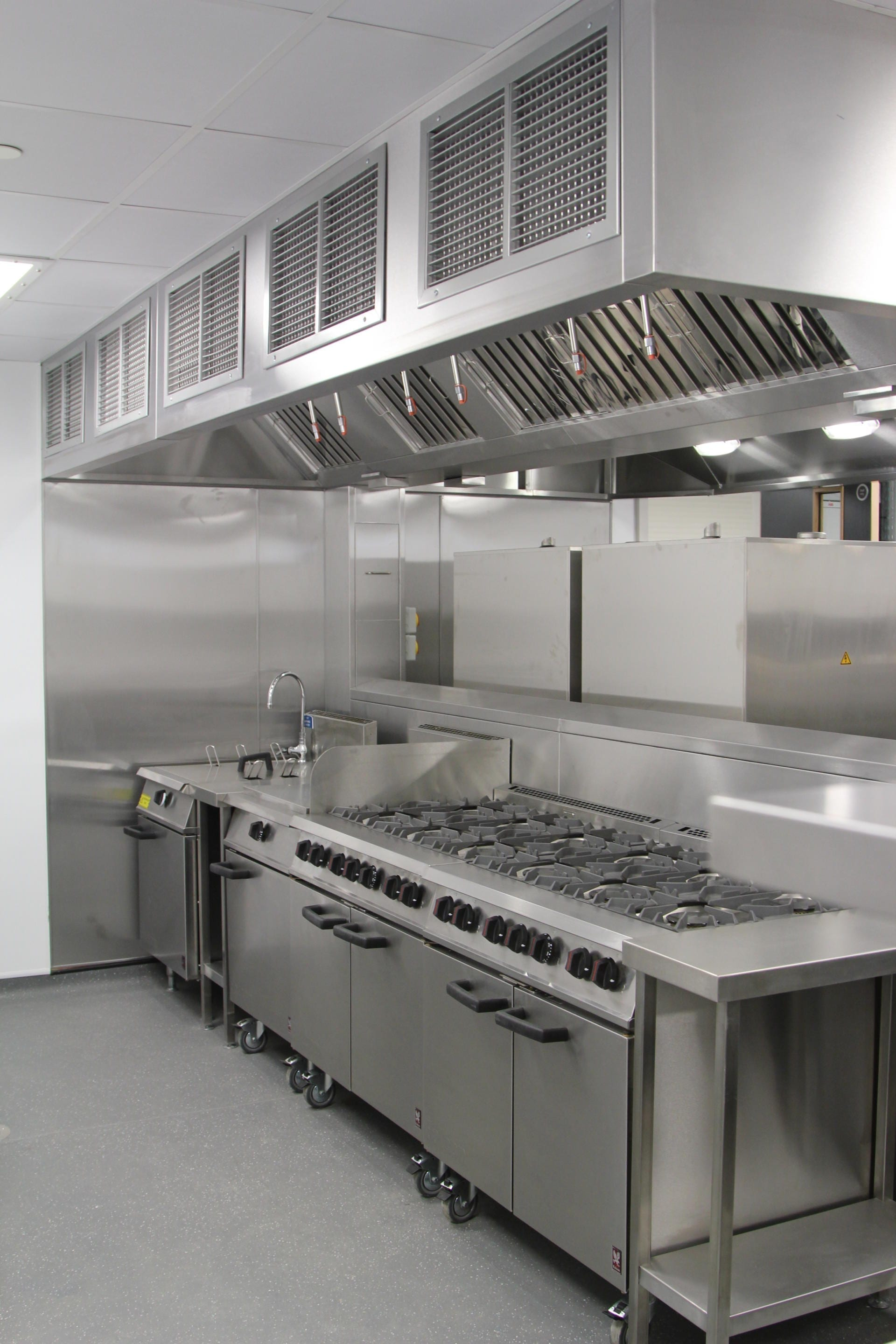 All_Saints_academy_Cheltenham_Commercial_Kitchen_Training_cookline_peninsula_spacecatering_7